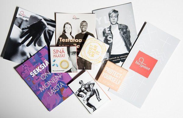 Hivpointin esitteet. Kuvassa monta esitettä seksistä ja materiaaleja, kuten kondomipakkaus.