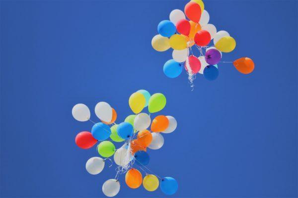 Hivpoint Tampere toimisto muuttaa_Kuvassa sateenkaari-ilmapallot sinisellä taivaalla