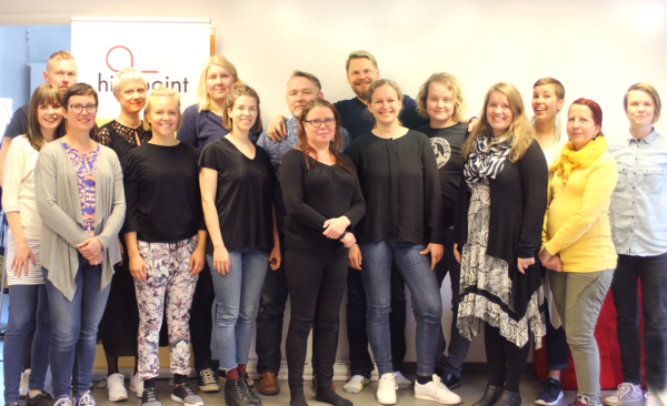 Hivpointin toimiston työntekijät ja saavutettavuus-selvityksen tehnyt Panda Eriksson yhteiskuvassa toimistolla.