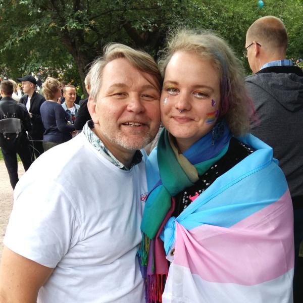 Hivpointin suunnittelija Teppo ja Trasek ry:n Panda yhteiskuvassa Helsinki Pride -tapahtumassa 2017