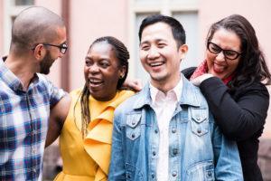 Kuvassa neljä ihmistä nauraa, ilmoittaudu Hivpointin Otetaan puheeksi monikulttuurisuus ja seksuaalisuus -seminaariin