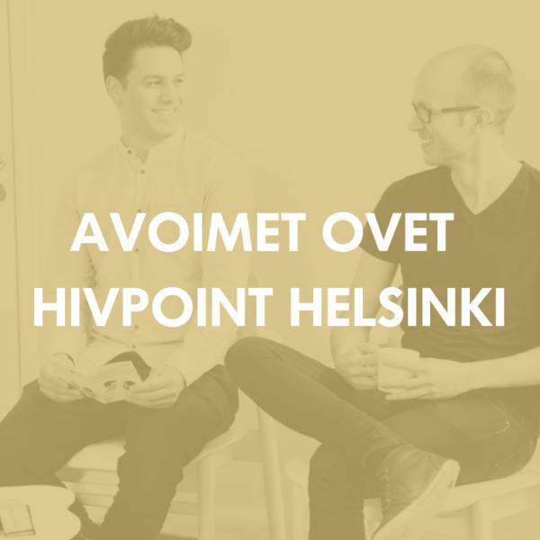 Kaksi miestä istuu penkeillä ja hymyilee. Päällä teksti: Avoimet ovet Hivpoint Helsinki 2018