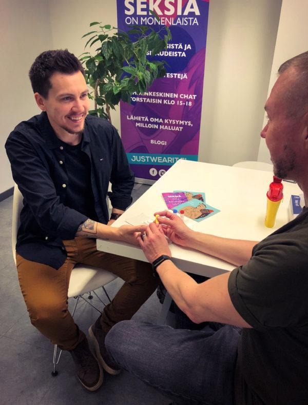 Testausta transtaustaisille Hivpoint klinikalla. Kuvassa kaksi miesoletettua henkilöä hymyilee.