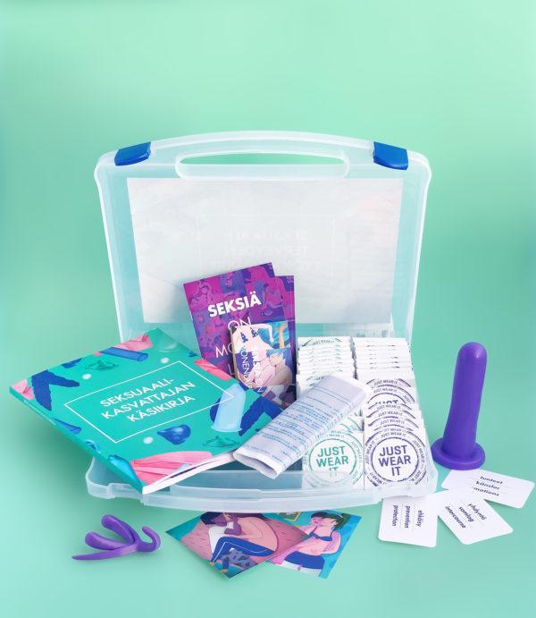 Seksuaaliterveyden työkalupakki avattuna Hivpoint seksuaalikasvatus materiaalit. Kuvassa työkalupakki aukaistuna, sisällä kirja, esitteitä, kondomeja, Dillio-tekopenis, klitoris 3d-malli ja sananselityspeli.
