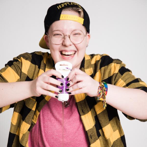 Kuvassa nuori puristaa liukuvoidepulloa ja nauraa. Aiheena seksuaalikasvatus veckan sex 2019