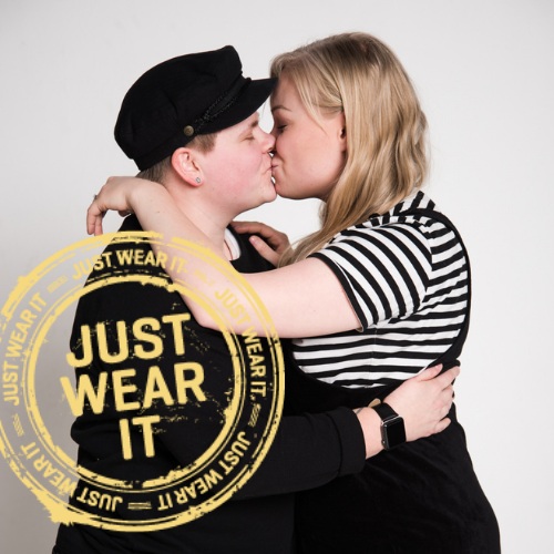 Kaksi nuorta suutelemassa. Justwearit logo kuvan päällä.
