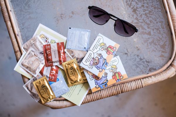 Kuvassa pöydällä turvaseksipakkauksia ja aurinkolasit